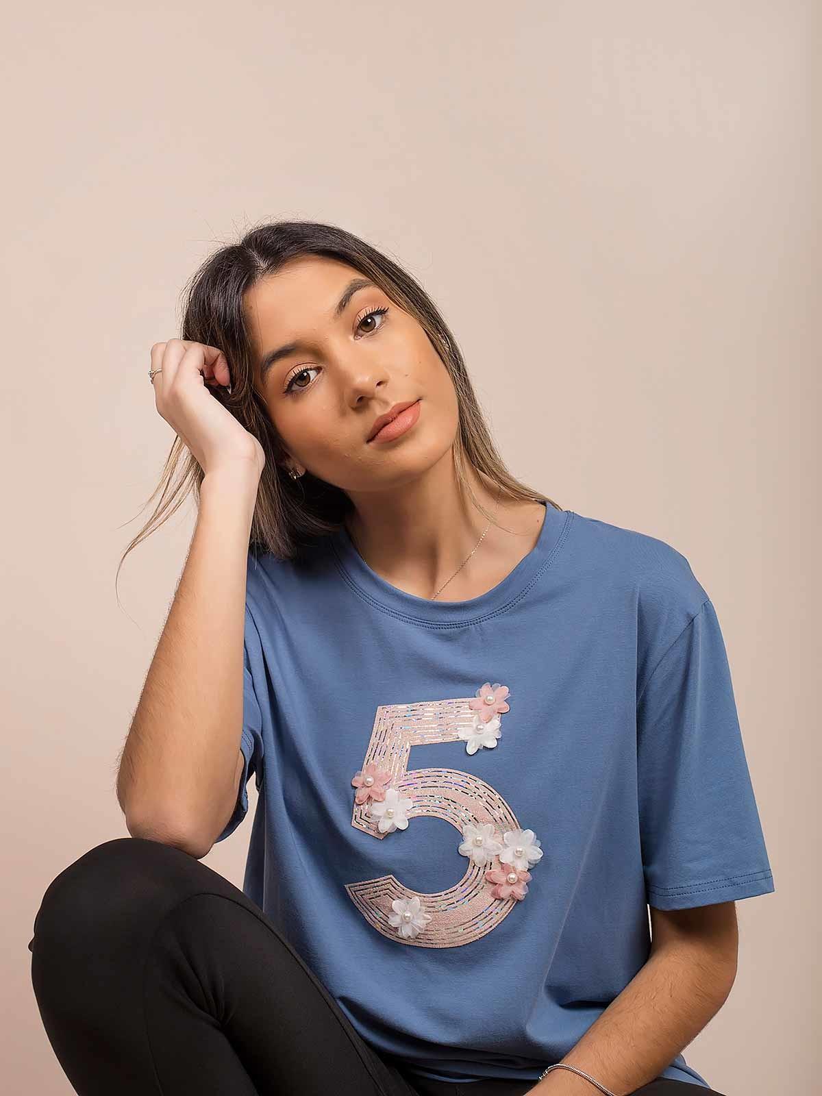 T-shirt bordada com flores