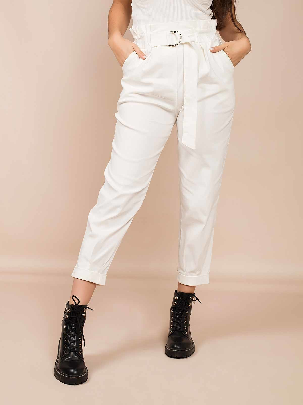 Calças brancas com folho