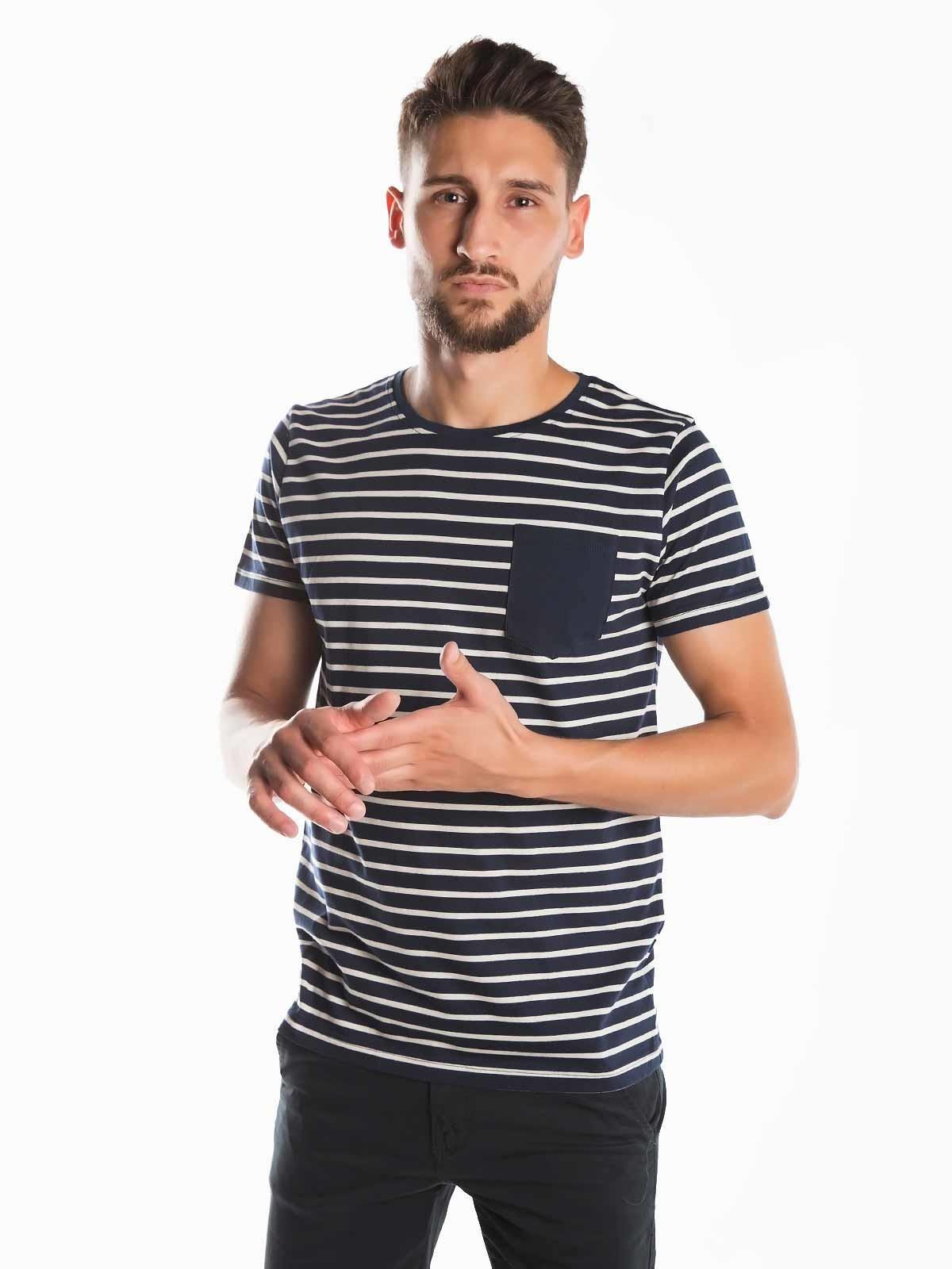 T-shirt riscas com bolso